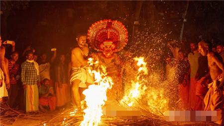 印度最古老的节日:男舞者扮演女神,十几岁就开始随父辈学习